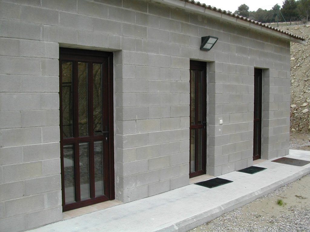 Carpintería de aluminio para entrada de edificios