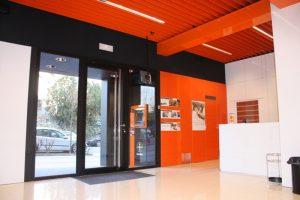 Fabricación y montaje de carpintería de aluminio para establecimientos, comercios y hostelería